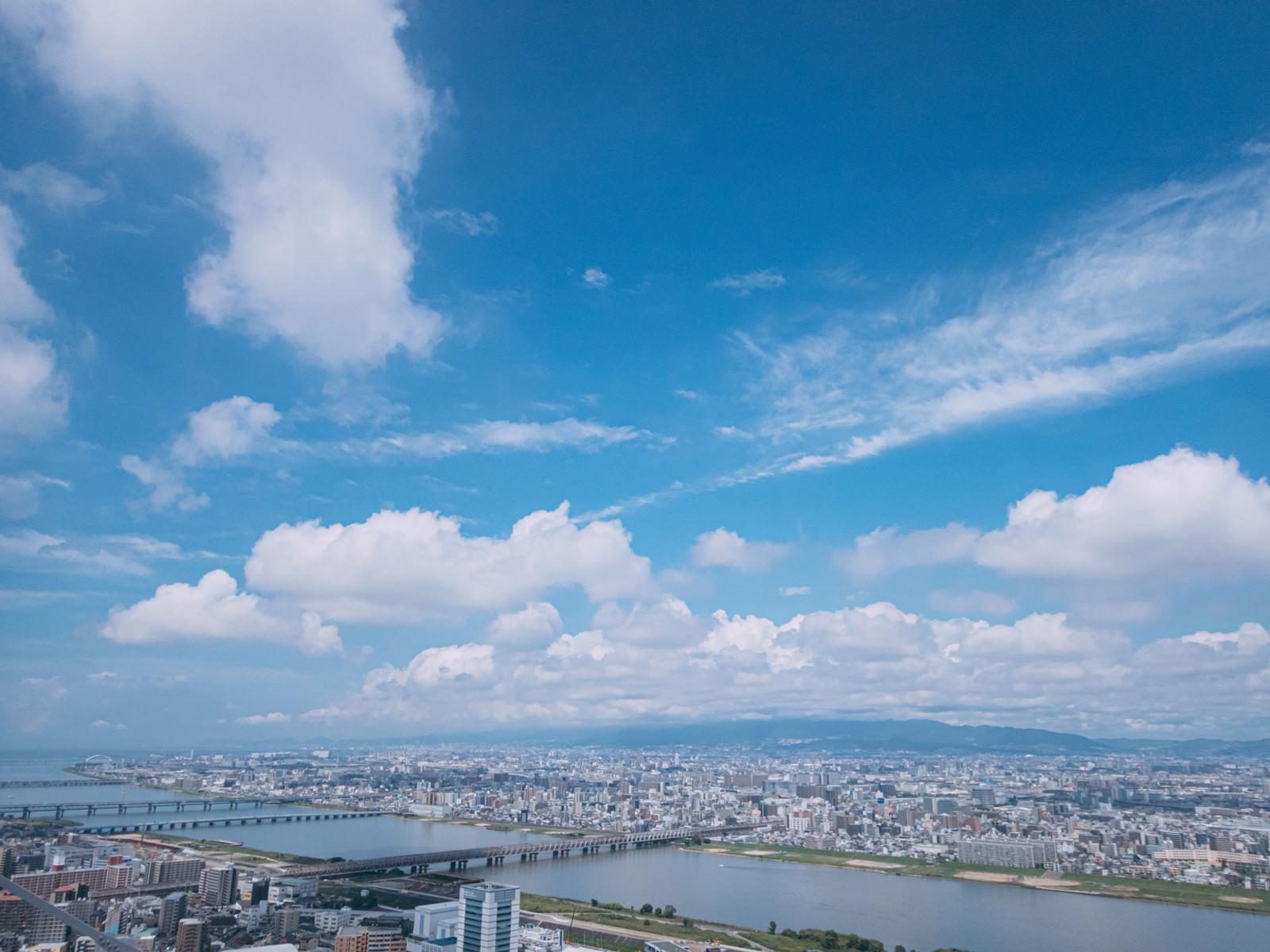 「大阪を流れる淀川と青空」の写真