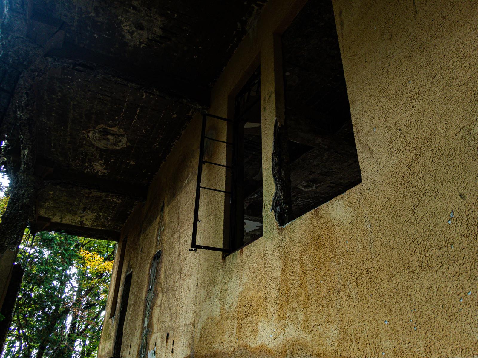 「剥き出しの天井と壁(愛宕山ケーブルカー駅舎跡)」の写真