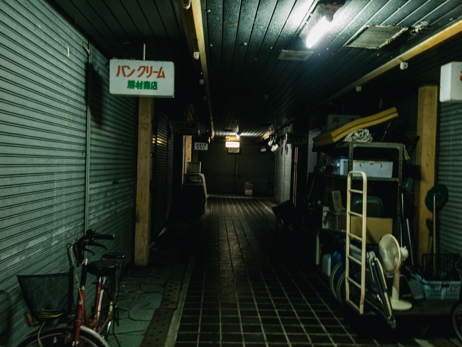 「開いている店舗が全くない仄暗い商店街(神野市場)」の写真
