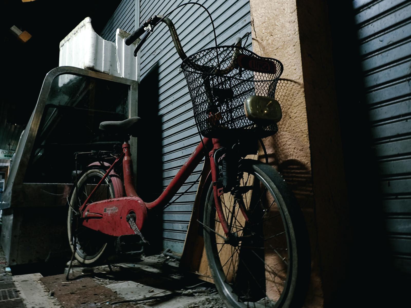 「シャッターの前に停められた自転車」の写真