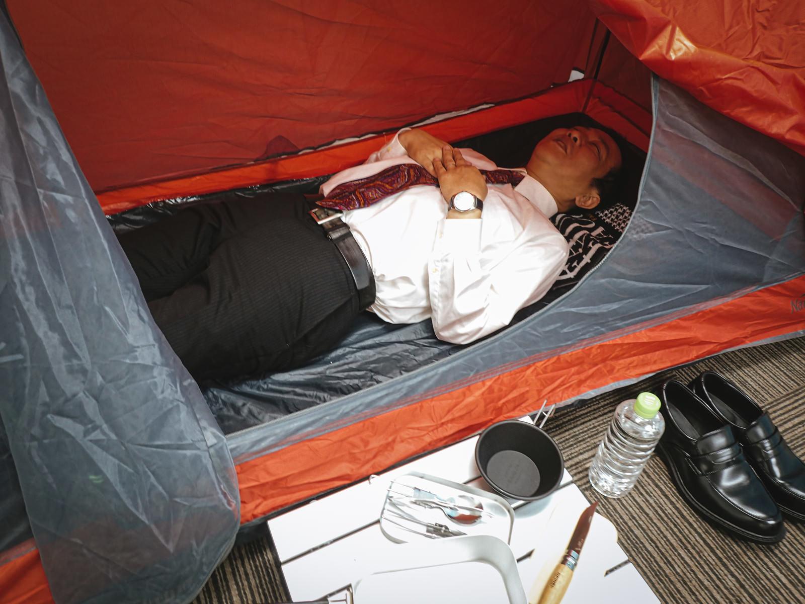 「テント生活をはじめた会社員の様子はこちら」の写真[モデル:のせさん]