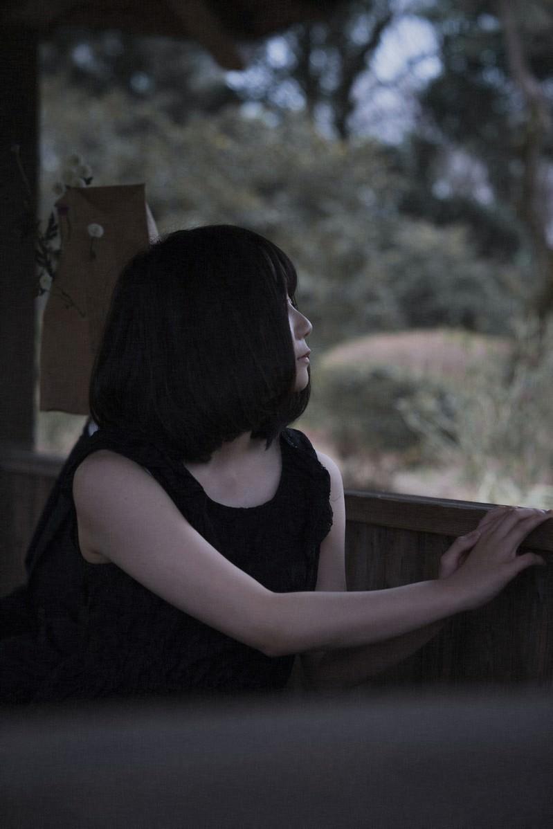 「外を見つめる闇系女子」の写真