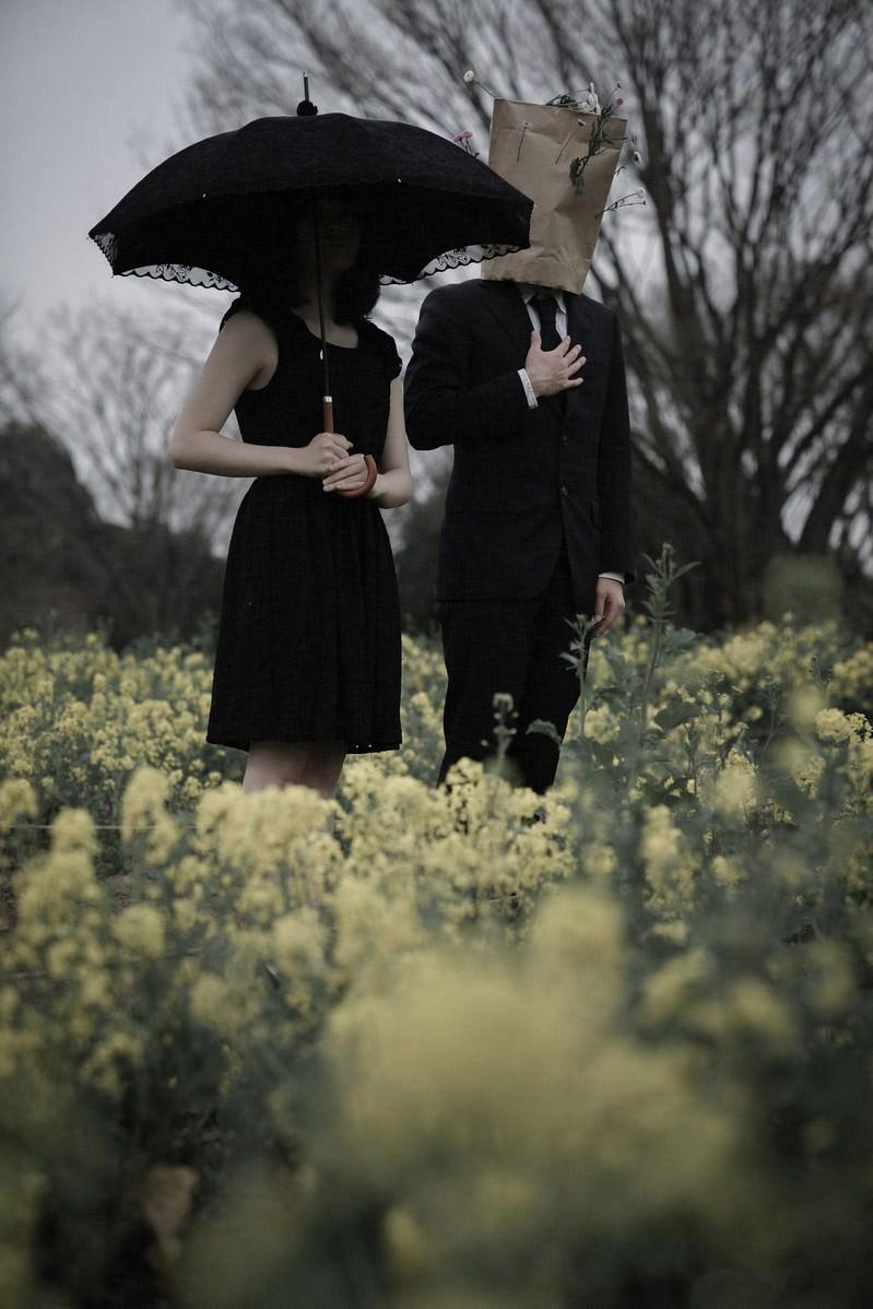 「菜の花に囲まれたふたり」の写真