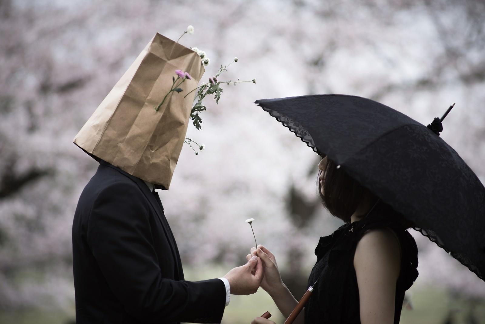 「摘んだお花を手渡す紙袋紳士」の写真