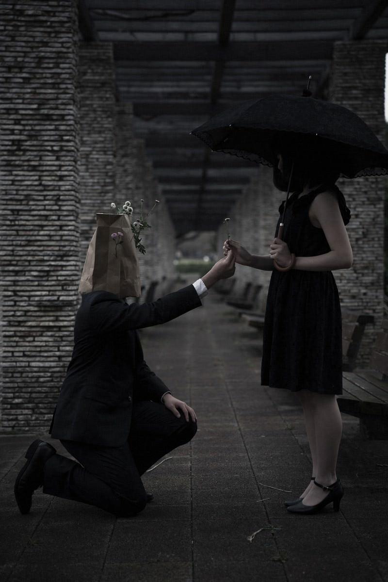 「大切なお花を手渡す異色の恋」の写真
