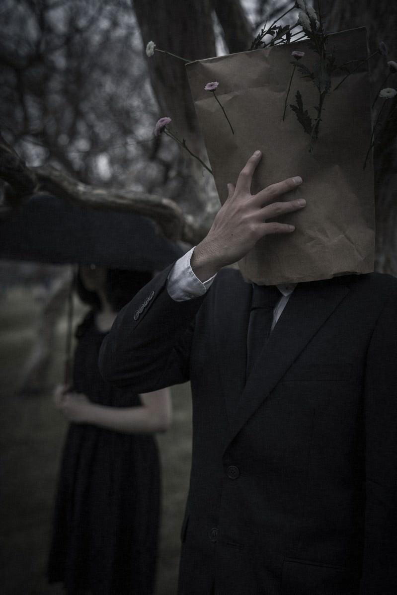 「恋に敗れる紙袋男子」の写真