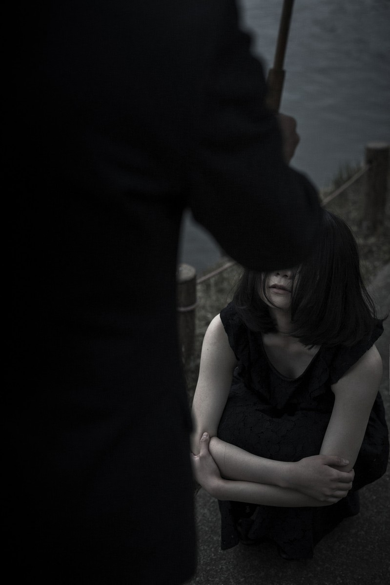 「悲しみの中、突如男性の姿」の写真