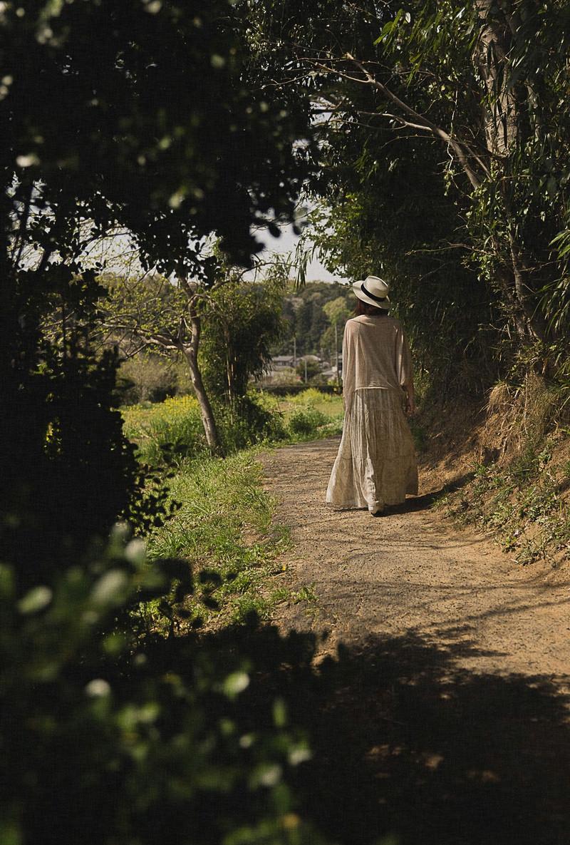 「田舎に帰省する女性」の写真