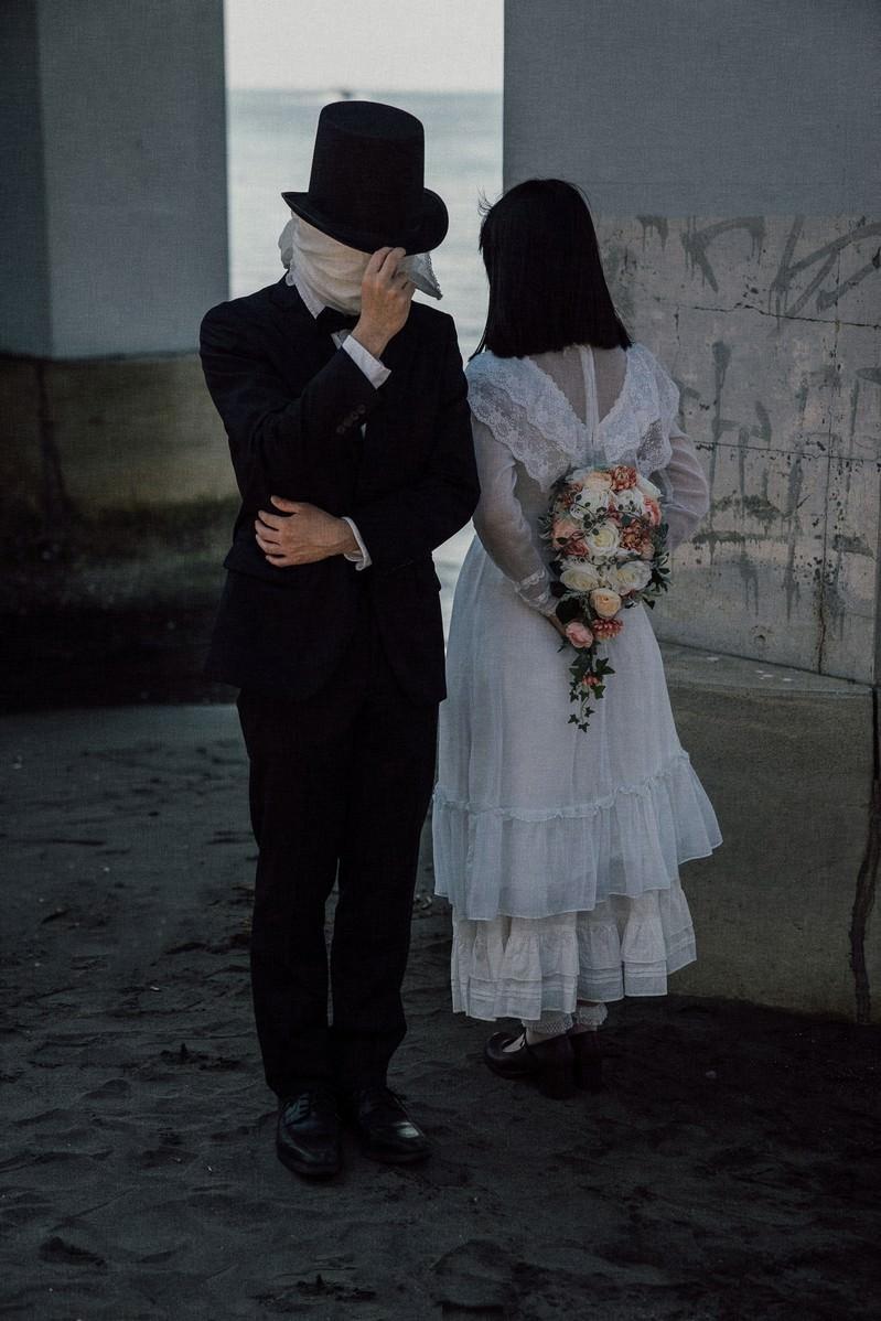 「ブーケトスを目隠しキャッチするリハーサル」の写真