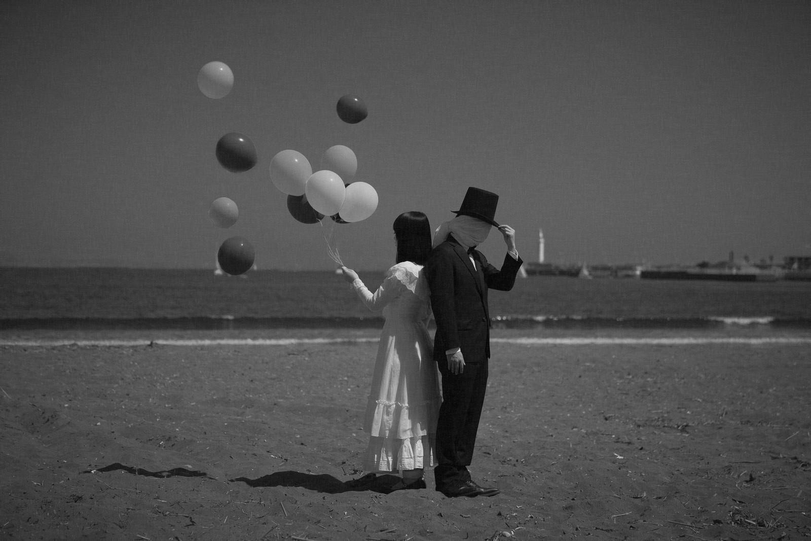 「幸せな女性と謎多きともだち」の写真