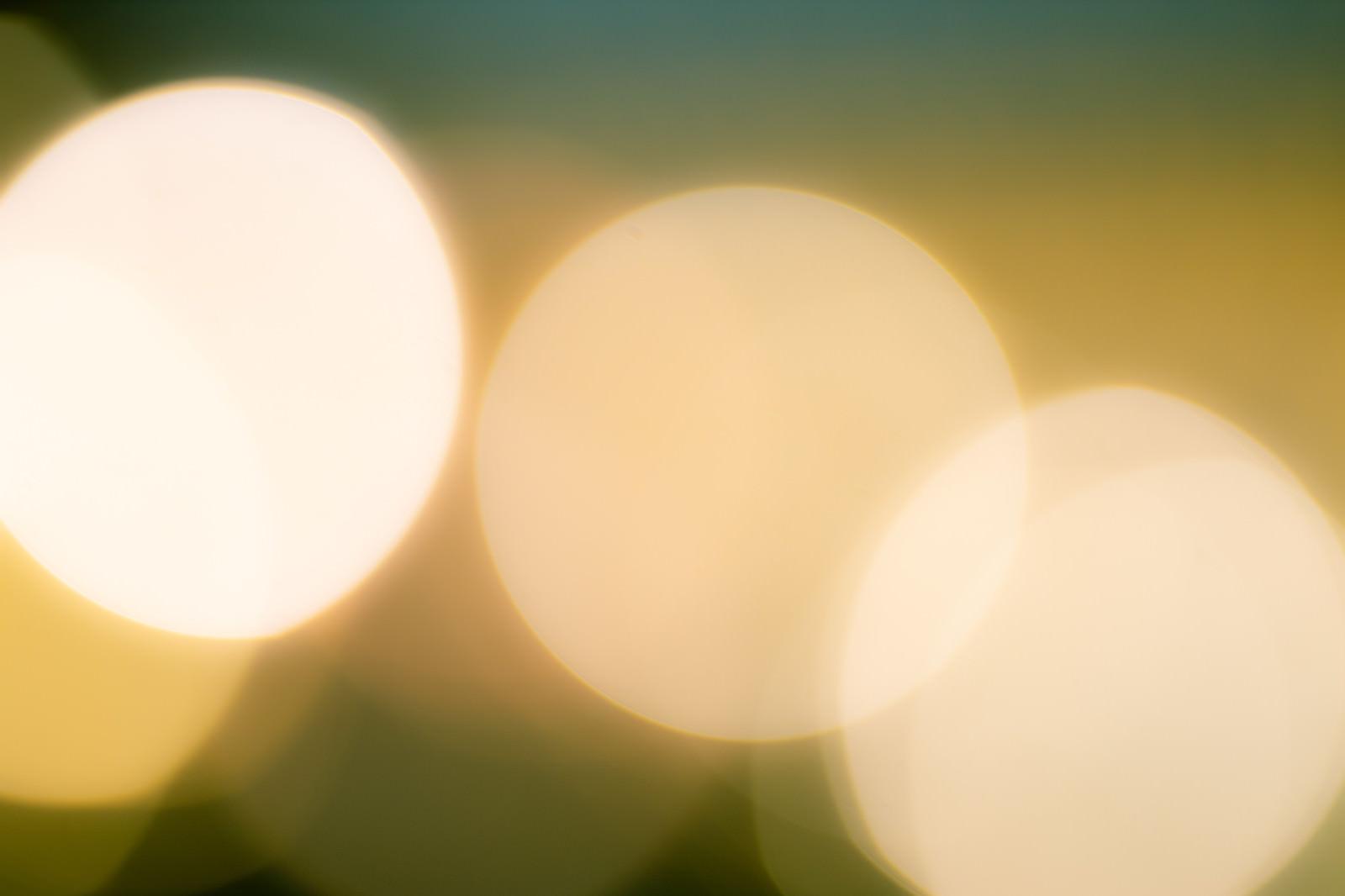 「大きく映り込む丸ボケの光」の写真