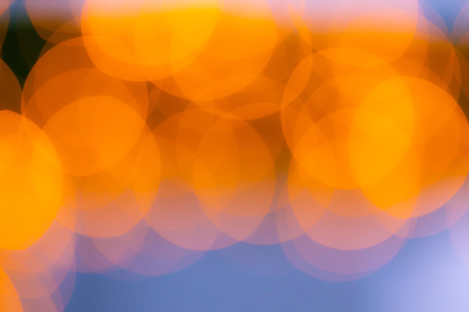 「オレンジ色に輝く丸ボケ」の写真