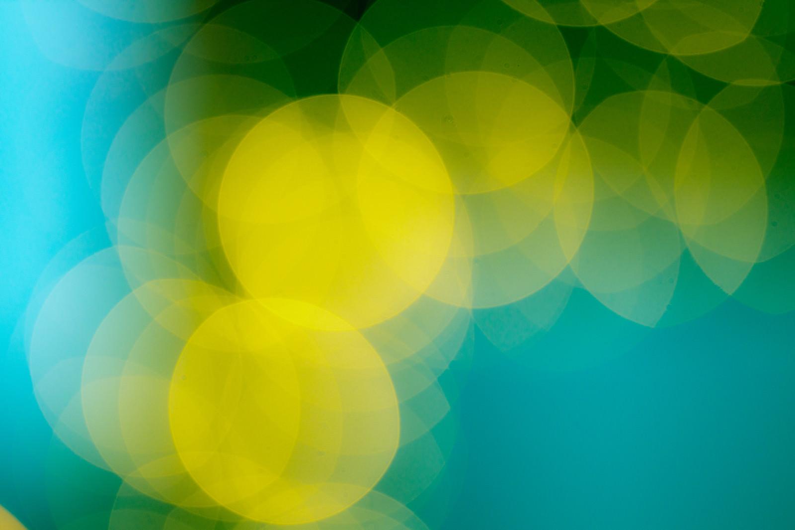 「青いボケ味と黄色い丸ボケ」の写真