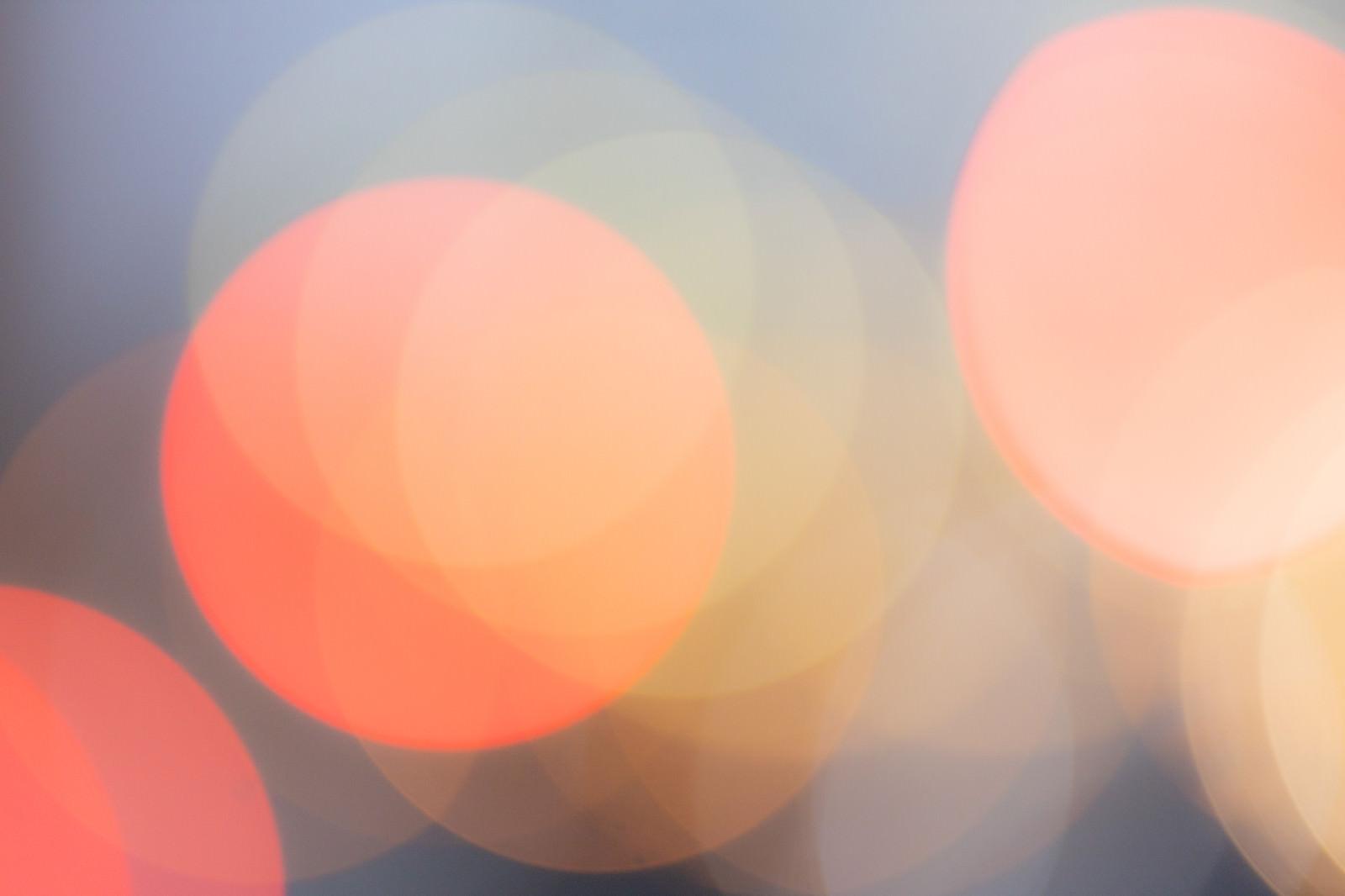 「赤く光る丸ボケの様子」の写真