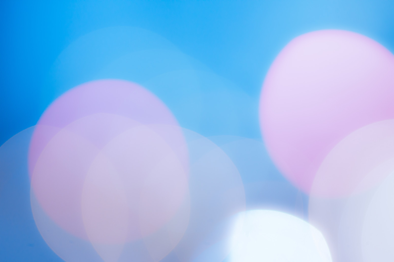 「青白い寒色の丸ボケ」の写真