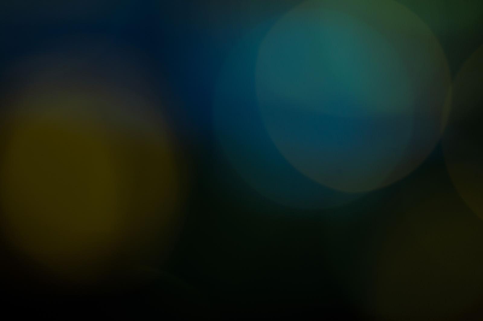 「暗闇の中のわずかな光」の写真