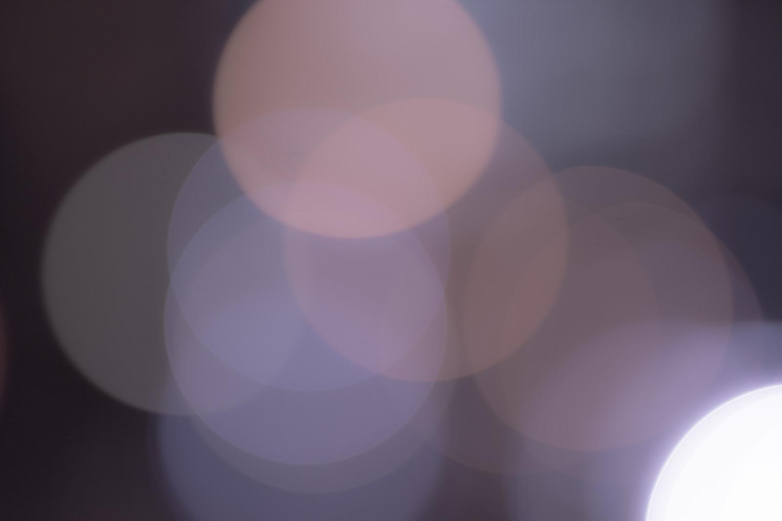 「冷たいグレー色の丸ボケ」の写真