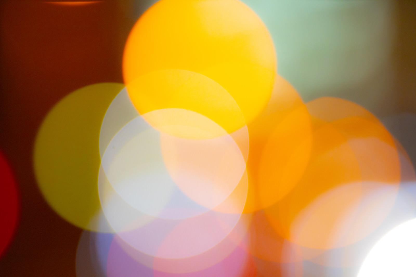 「カラフルな光の丸ボケが混じり合う(テクスチャ)」の写真