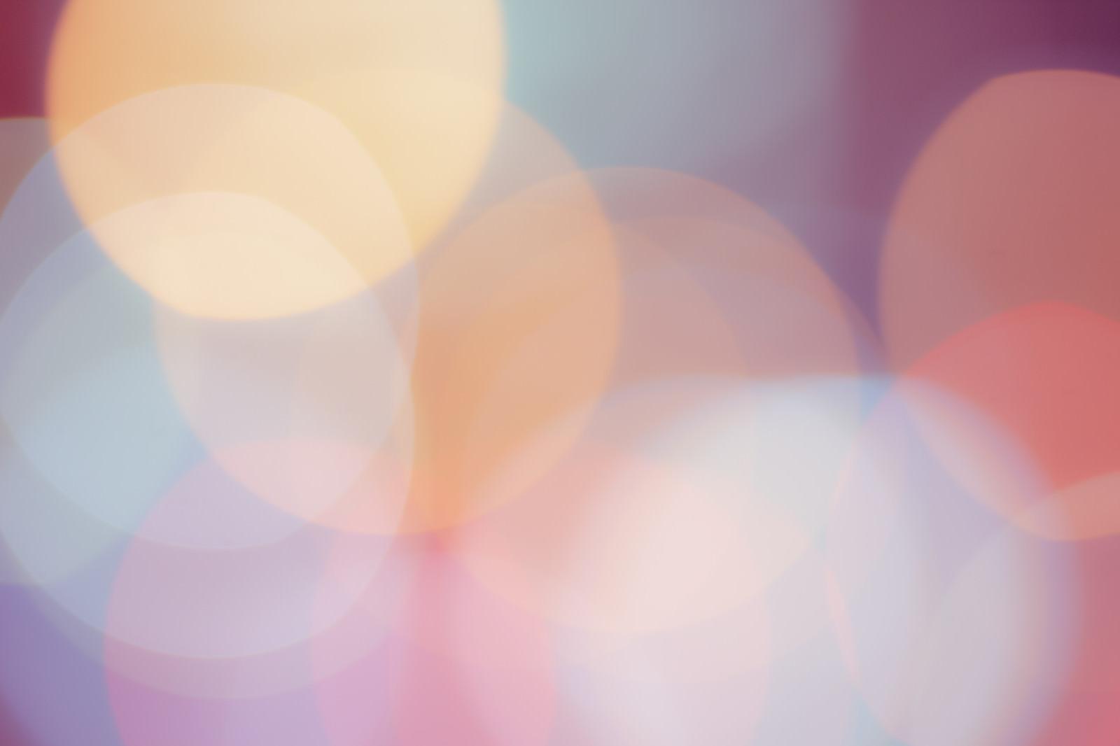 「淡くくすんだ丸ボケの光」の写真