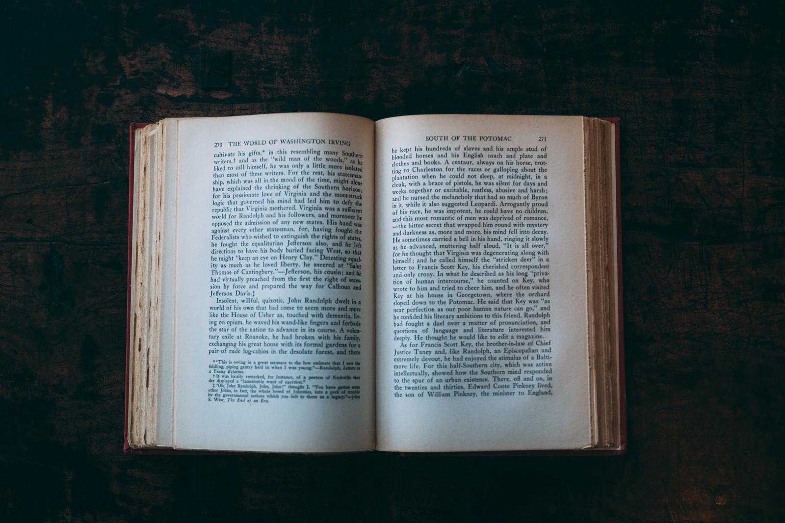 「洋書を開く」の写真