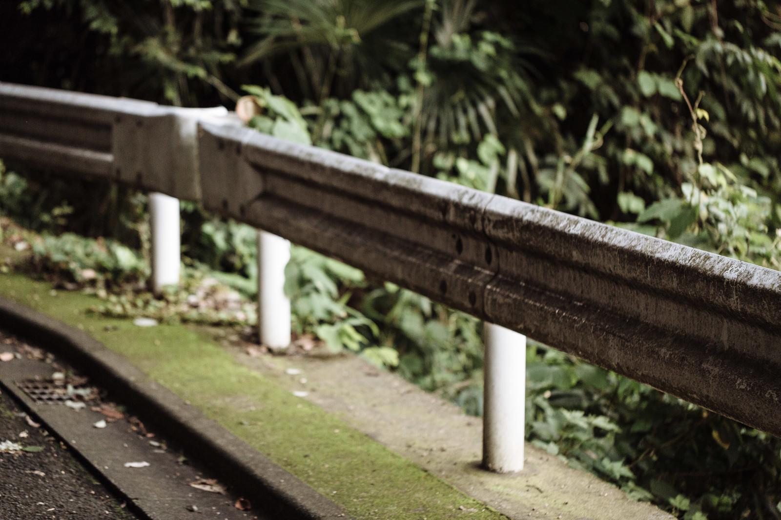 「山奥の不気味なガードレール山奥の不気味なガードレール」のフリー写真素材を拡大