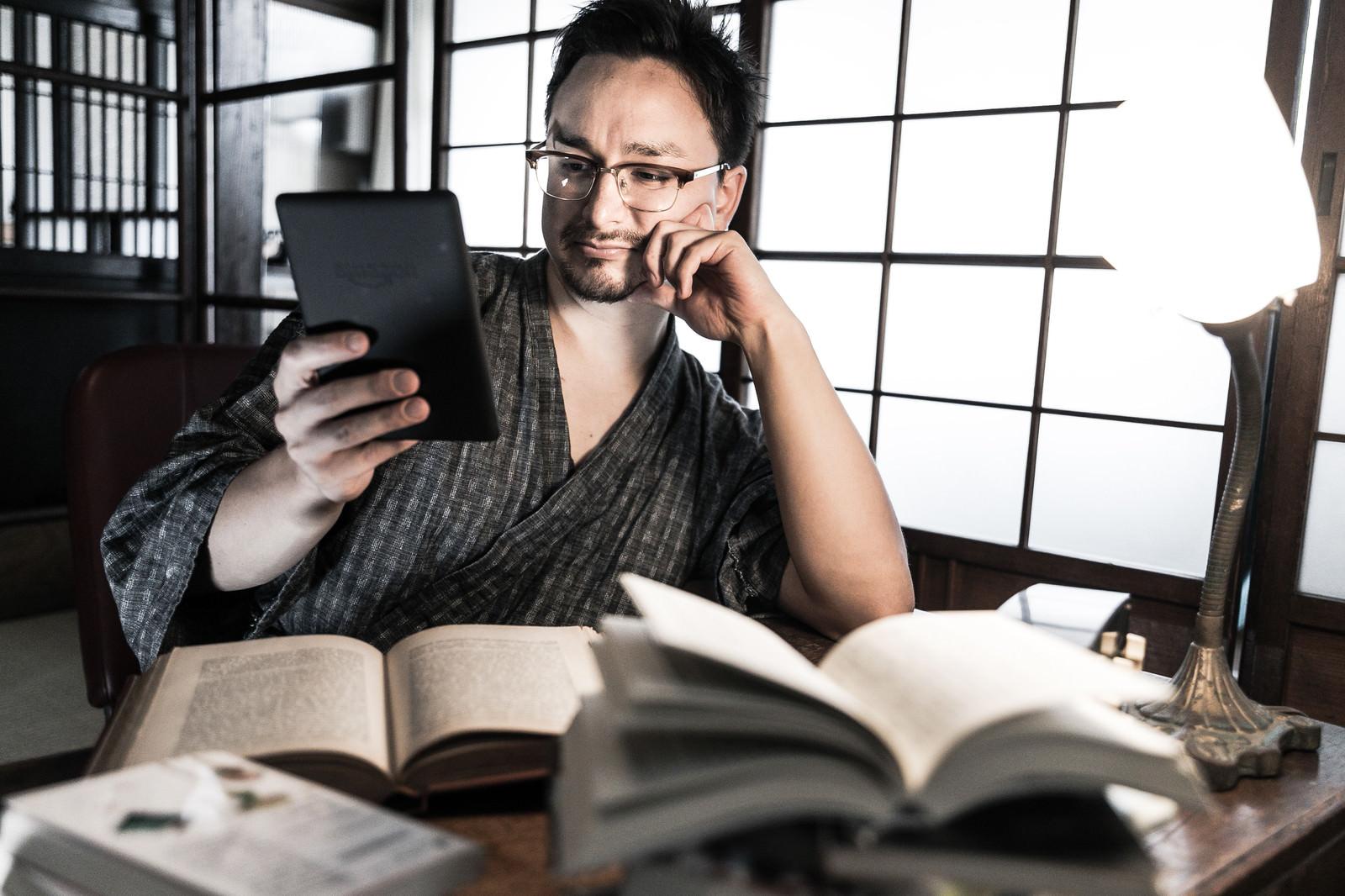 「電子書籍化している書物はキンドルでチェックする外国人」の写真[モデル:Max_Ezaki]