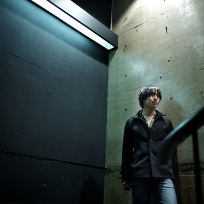 「冷たいコンクリートとうつむく男性」の写真素材