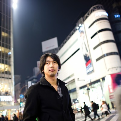渋谷のスクランブル交差点を歩く男性の写真