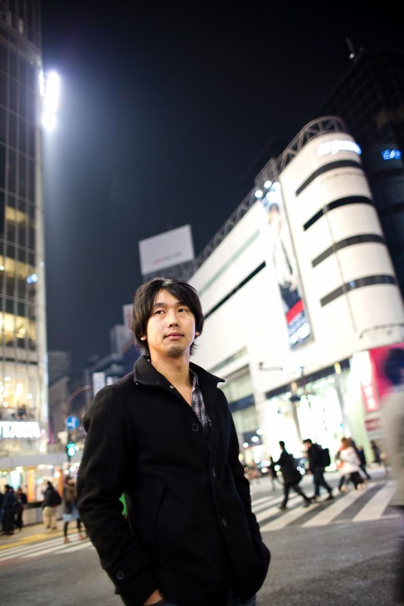 「渋谷のスクランブル交差点を歩く男性」の写真[モデル:大川竜弥]