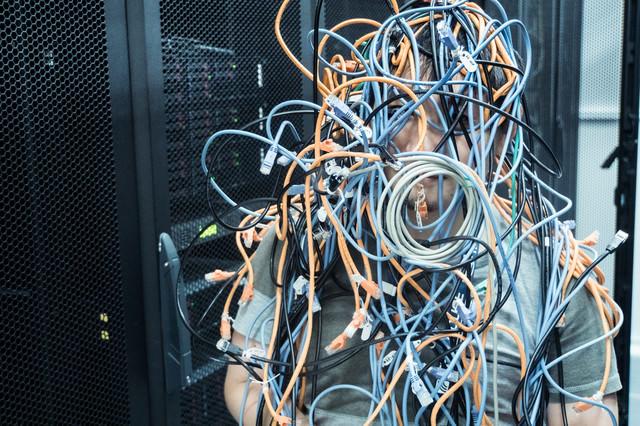 ぐちゃぐちゃにLANケーブルが絡まる障害発生の写真