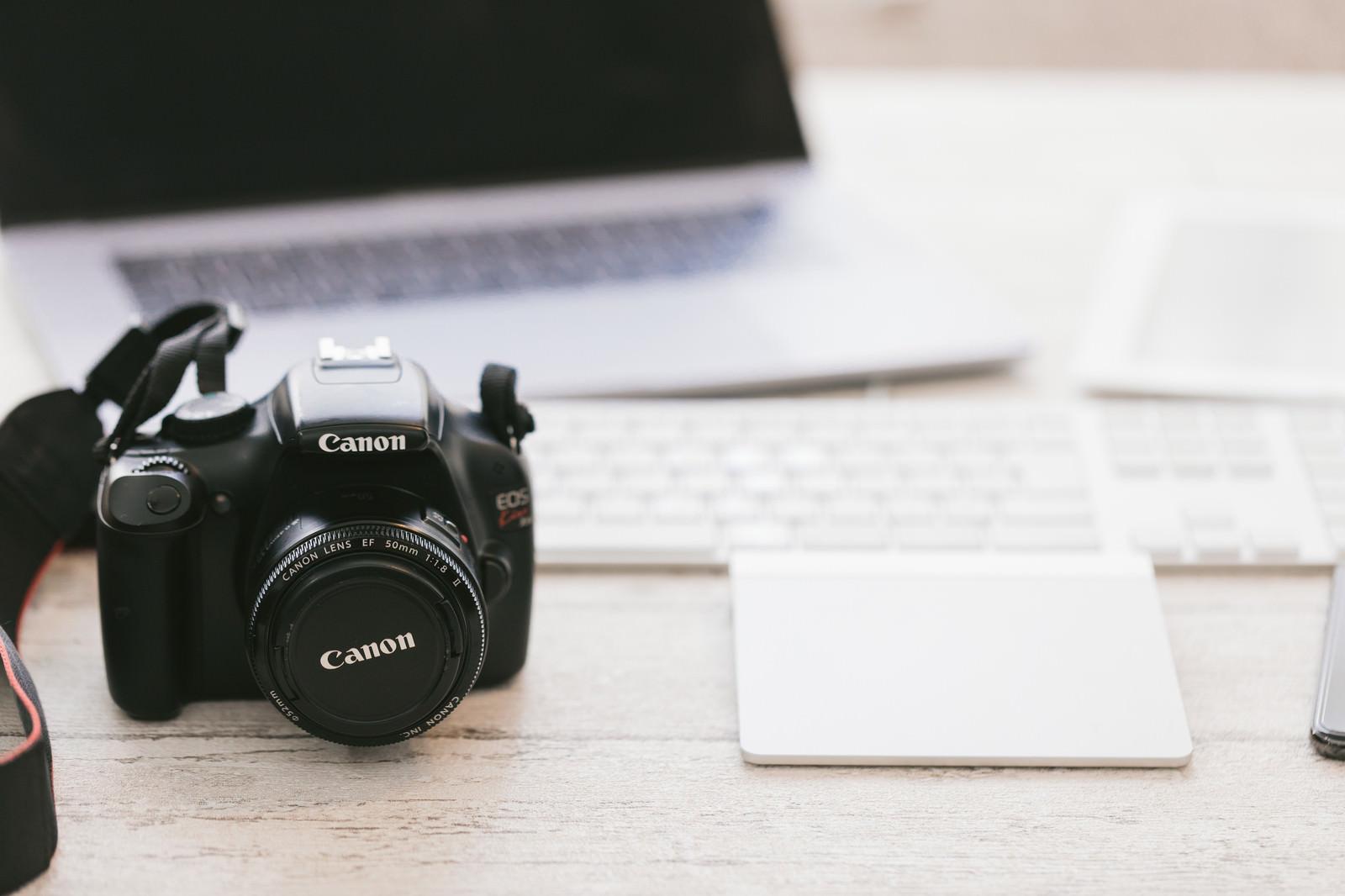 「パソコンと一眼レフカメラ」の写真