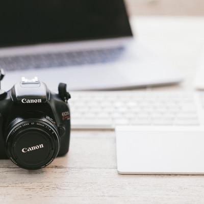 パソコンと一眼レフカメラの写真