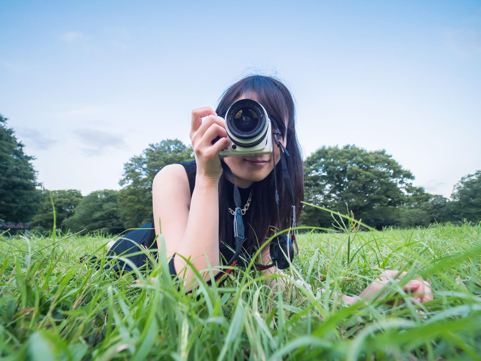 「ローアングルから狙う女子カメローアングルから狙う女子カメ」[モデル:たけべともこ]のフリー写真素材を拡大