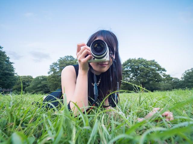 ローアングルから狙う女子カメの写真