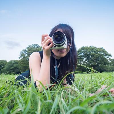 「ローアングルから狙う女子カメ」の写真素材
