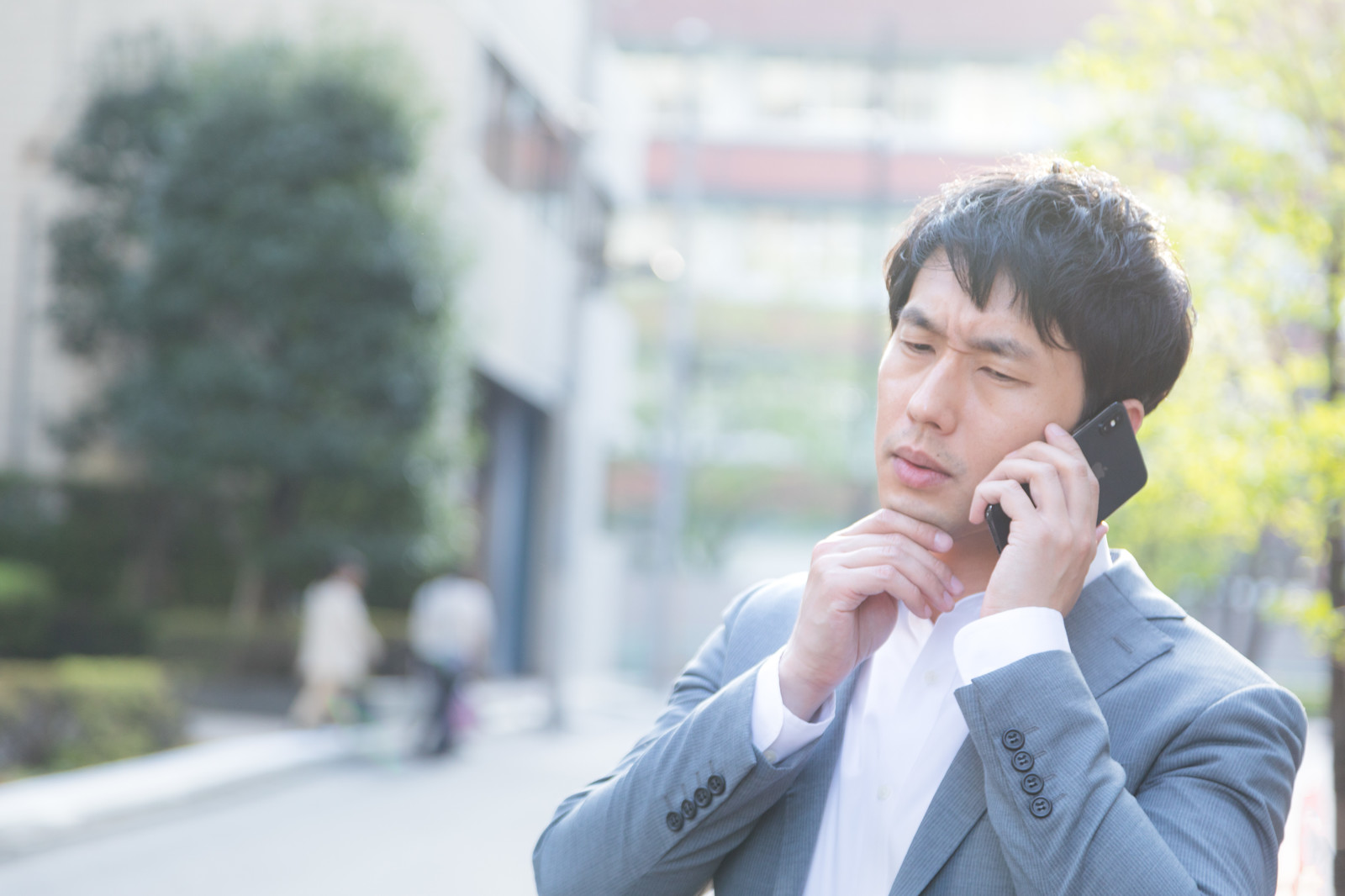 「担当の作家と電話がつながらない」の写真[モデル:大川竜弥]