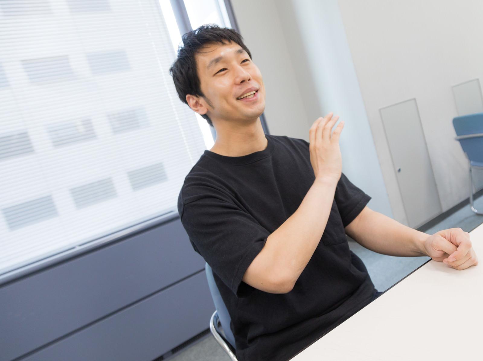 「インタビュー中にアイーンをする元芸人の起業家インタビュー中にアイーンをする元芸人の起業家」[モデル:大川竜弥]のフリー写真素材を拡大
