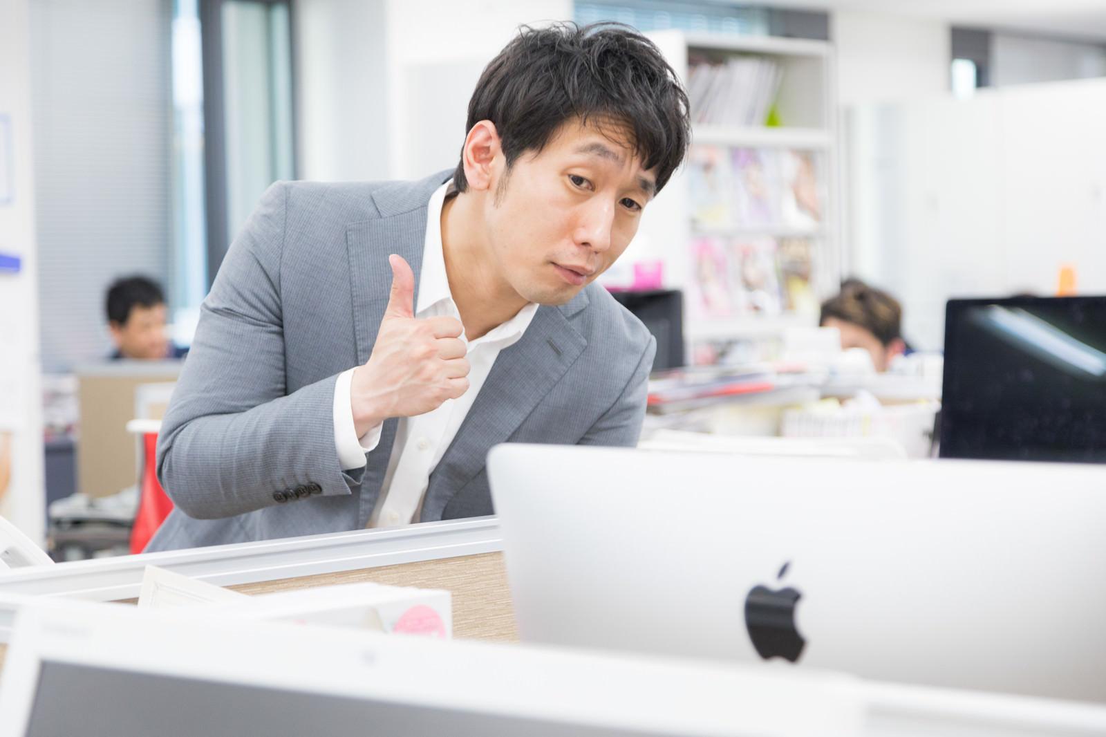 「デザインカンプを褒めるウェブディレクターデザインカンプを褒めるウェブディレクター」[モデル:大川竜弥]のフリー写真素材を拡大