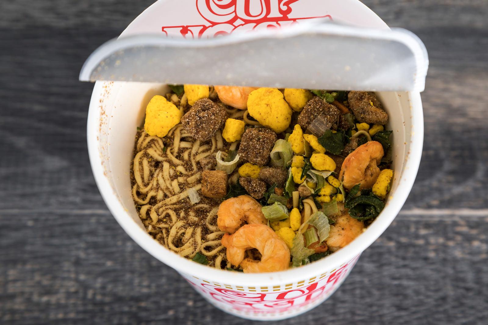 「カップ麺お湯を入れる前カップ麺お湯を入れる前」のフリー写真素材を拡大