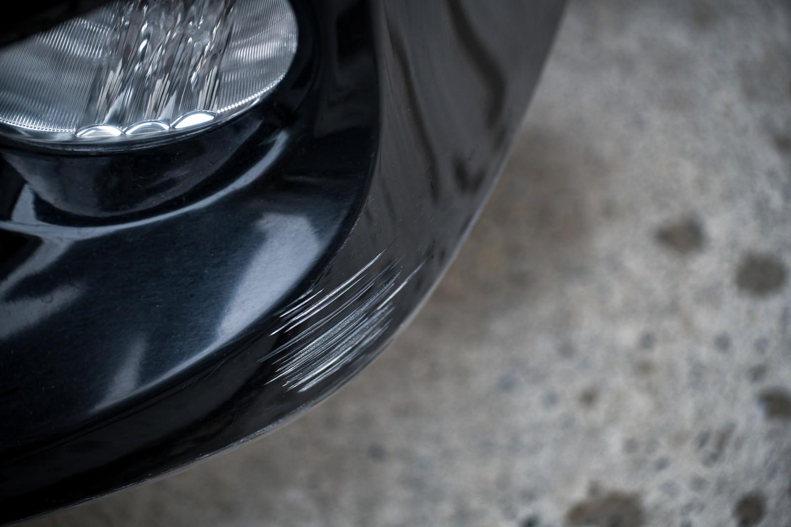 「黒い車は傷がつくと目立つ」の写真