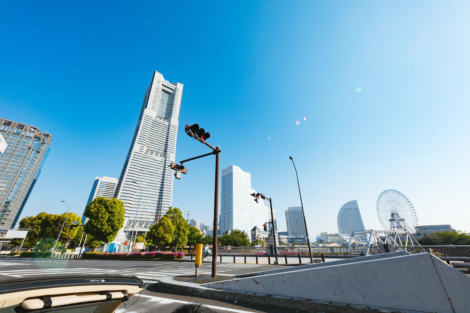 「ランドマークタワーを一望しながらオープンカーで走行中」の写真