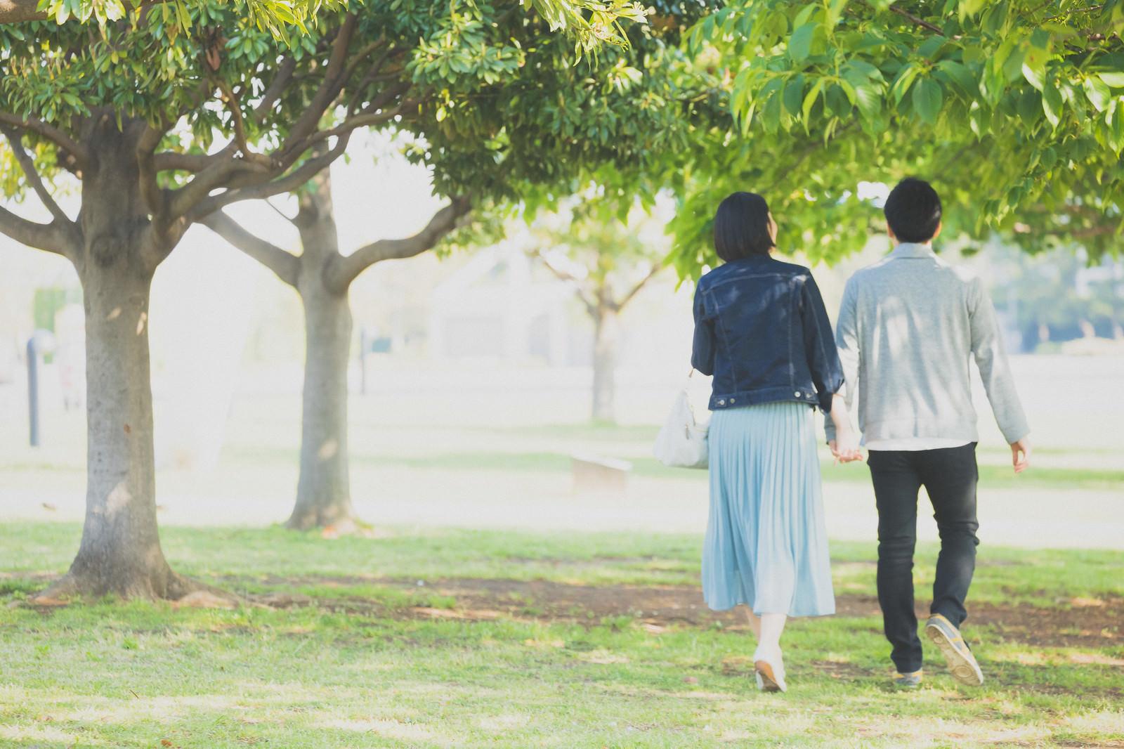 「新緑の公園を歩く男女カップル新緑の公園を歩く男女カップル」[モデル:たけべともこ]のフリー写真素材を拡大