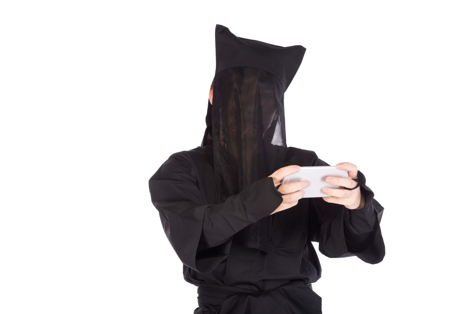 「スマホゲームに夢中な黒子さん」の写真[モデル:鈴木秀]