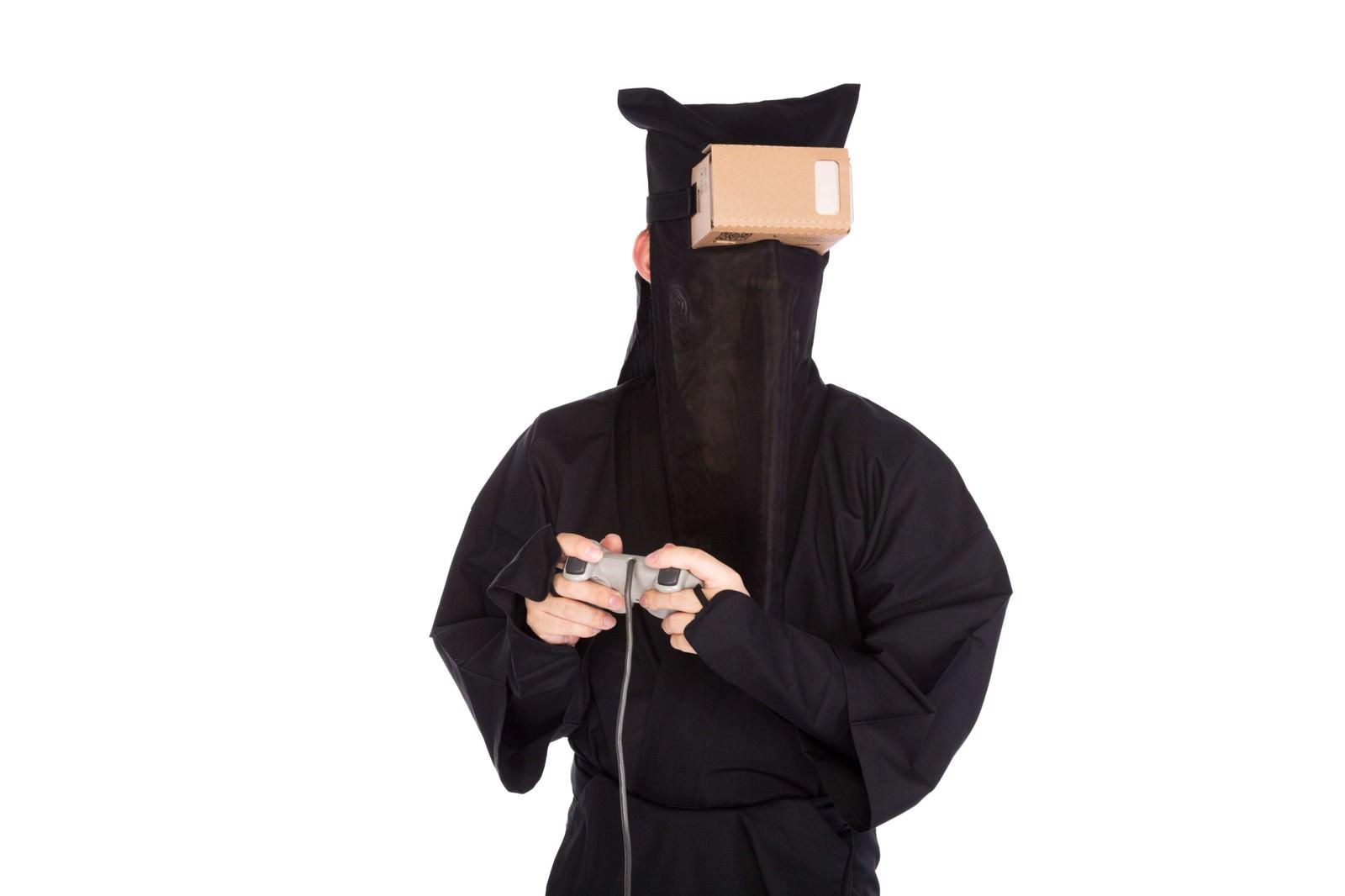 「最近VR系のゲームに嵌ってます」の写真[モデル:鈴木秀]