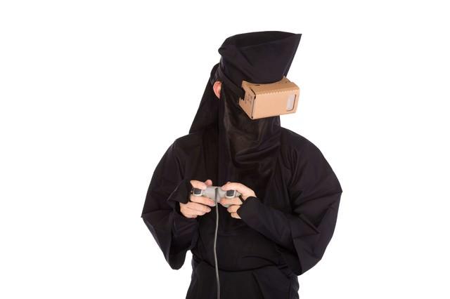 あまりにもリアルなVRゲームで目をそらす黒子の写真