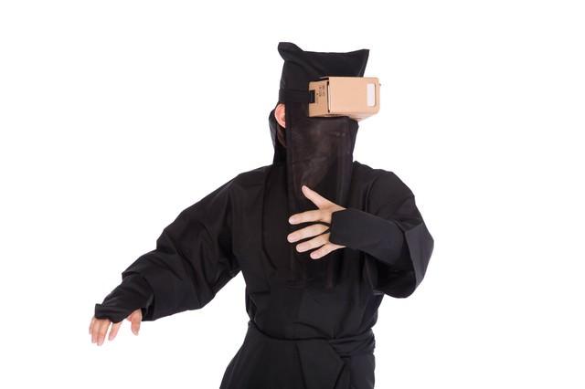 VRのリアル感に動揺を隠せない黒子の写真