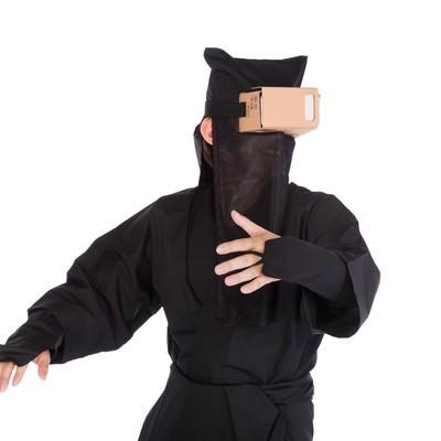 「VRのリアル感に動揺を隠せない黒子」の写真素材
