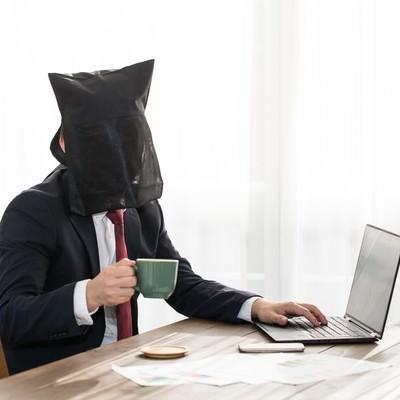 「カフェでアニメ見てても身バレしません」の写真素材