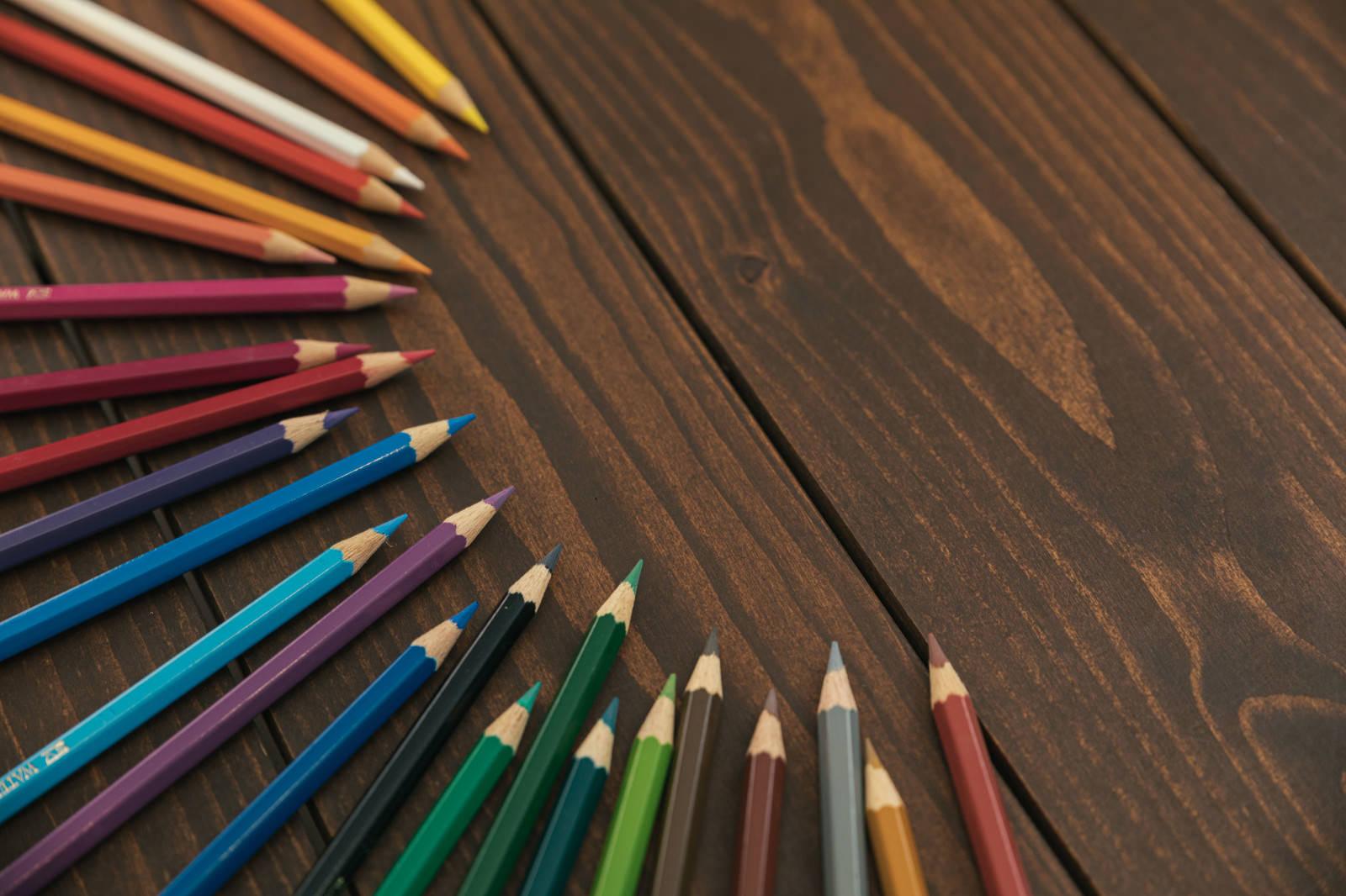 「テーブルの上に置かれた色鉛筆」の写真