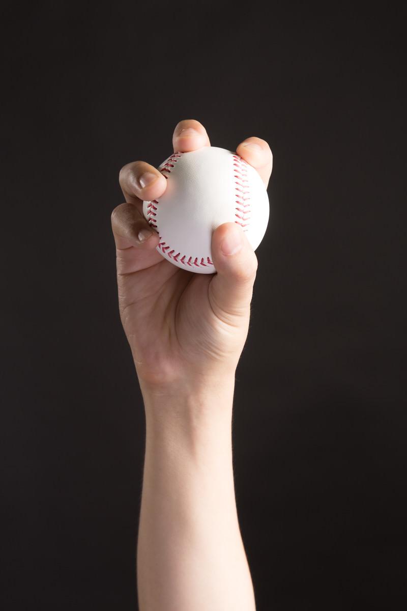 「チェンジアップ(変化球)を握る投手」の写真